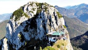 Die Tegernseer Hütte, dahinter der Buchstein