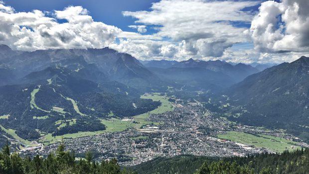 Ausblick vom Wank auf Garmisch - Links die Zugspitze