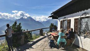 Am Gipfel mit Berggasthof und Watzmann-Blick