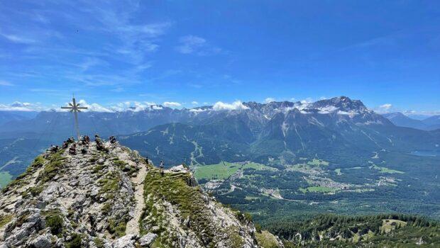 Die Kramerspitze, rechts Zugspitze & Eibsee - Top!